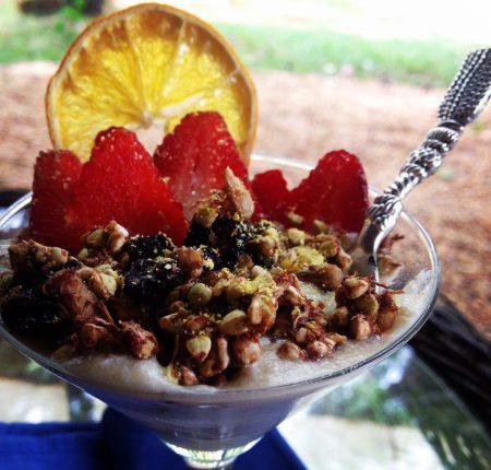 Iogurte de castanhas + morangos + granola viva de trigo sarraceno germinado