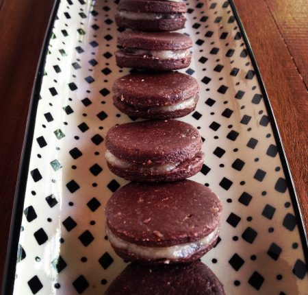 Biscoitos de Trigo Sarraceno e Cacau recheados de Glacê de Coco