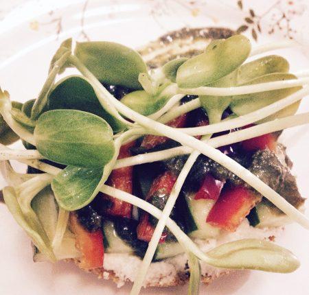 Tartare de Ricota de Macadâmias + Tomate e Pepino + Pesto de Baru + Broto de Girassol